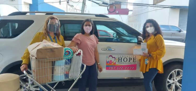 Entrega de frisas y libros en area pediátrica de Hospital Dr. Susoni en Arecibo